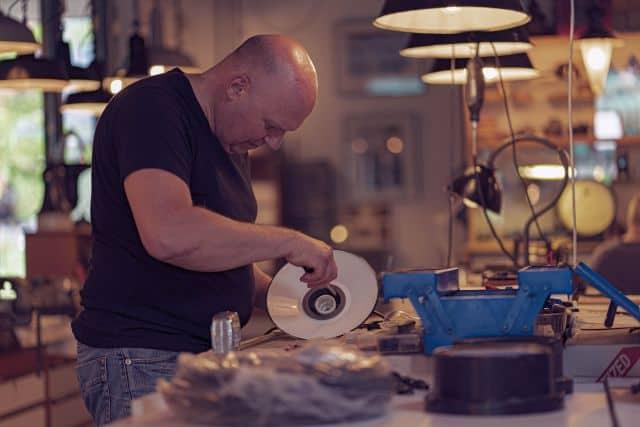 Werkplaats Het Lichtatelier: Redesign van authentieke fabriekslampen met een verhaal